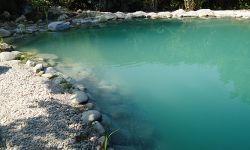 Der frisch gefüllte Teich wird trüb, durch Feinteile im Kies
